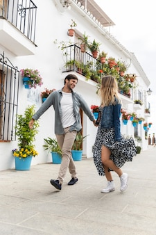 Couple plein coup marchant ensemble