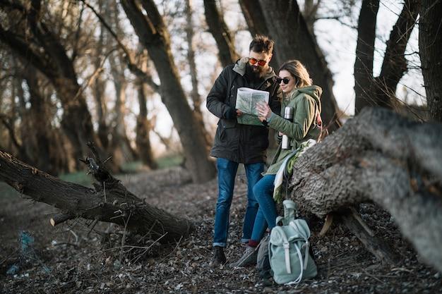 Couple plein plan avec carte à l'extérieur