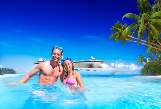 Couple plongée en apnée au bord de l'eau