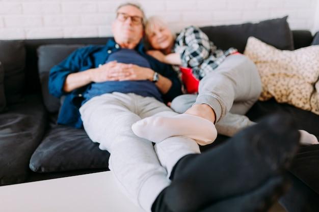 Couple plus âgé en train de se détendre dans une maison de retraite