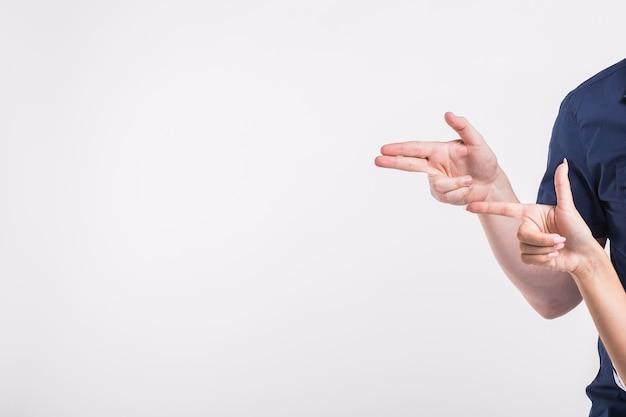 Couple pointant vers le coin gauche avec les doigts debout isolés sur fond blanc. espace de copie pour la publicité du produit.