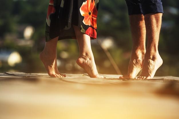 Couple sur la pointe des pieds