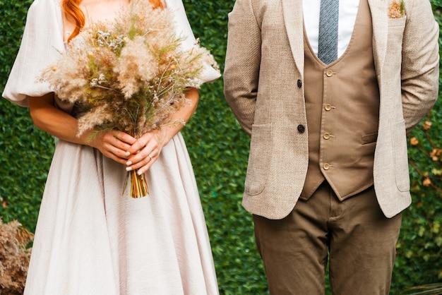Couple portant leurs vêtements de mariage