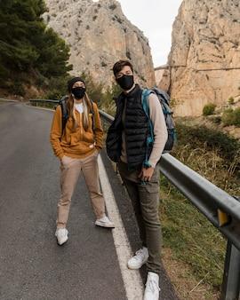 Couple portant des masques médicaux