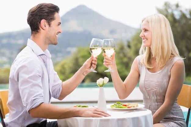 Couple portant un toast au vin blanc
