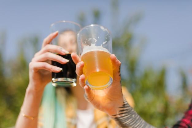 Couple portant un toast avec de la bière artisanale