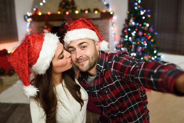Couple porter le chapeau de père noël décision selfie