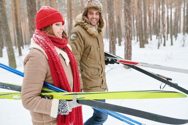 Couple, porter, skis
