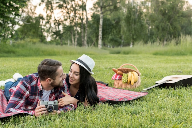 Couple posant sur une couverture de pique-nique