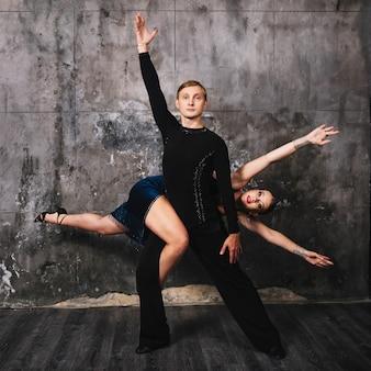 Couple posant dans une position difficile