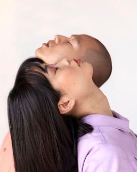 Couple posant dos à dos