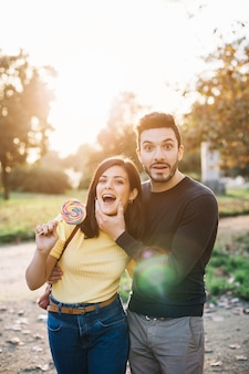 Couple posant avec une sucette