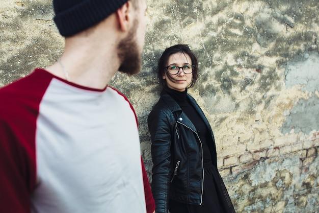 Couple posant sur un vieux mur