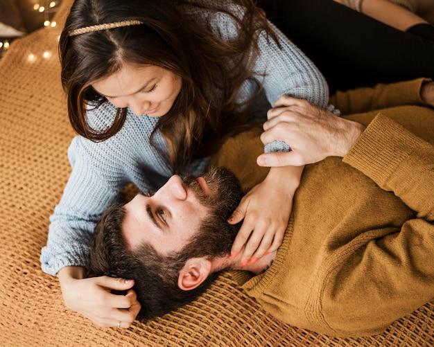 Couple, pose, dans lit