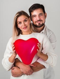 Couple, pose, tenue, ballon, et, sourire