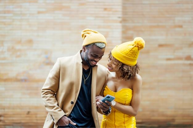 Couple, poser, marche, mobile, téléphone
