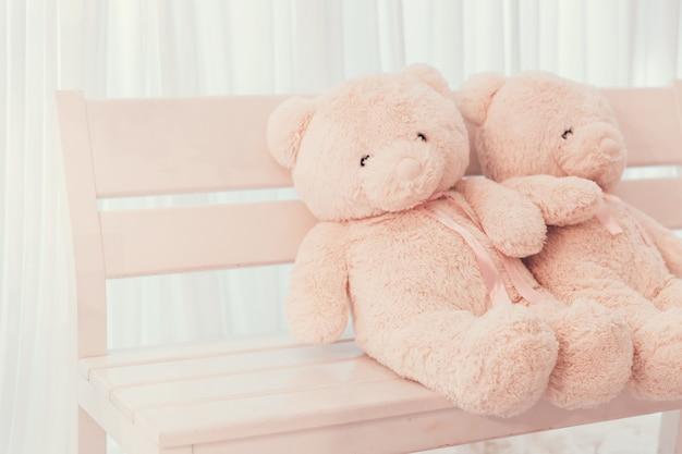 Couple poupée ours en peluche sur la décoration de mariage de banc avec un espace pour le texte