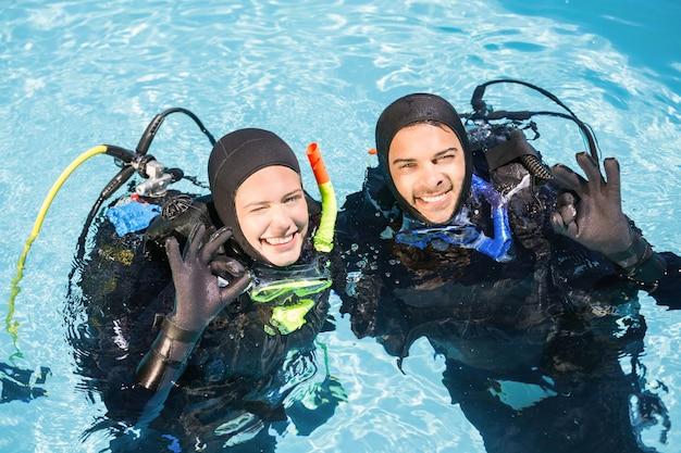Couple pratiquant la plongée sous-marine ensemble