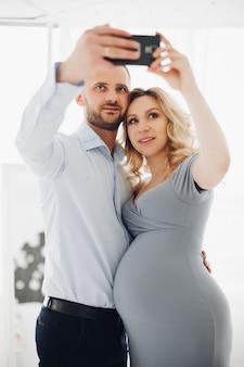 Couple prenant autoportrait