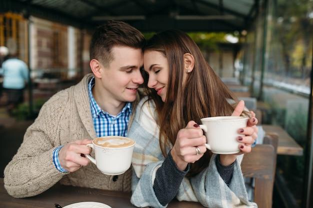 Couple prenant du café ensemble