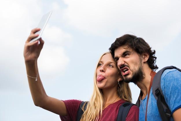 Couple prenant une langue de selfie loufoque