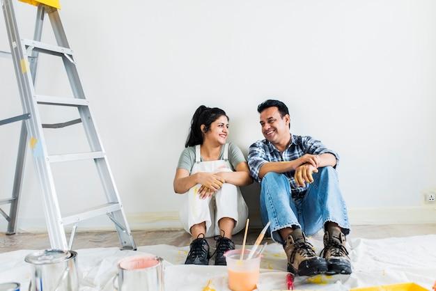 Couple prenant une pause de peindre les murs