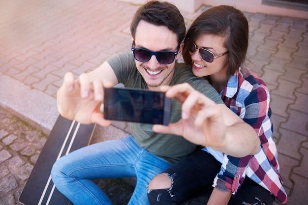 Couple prenant une photo dans la rue