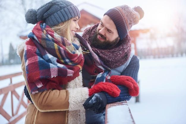 Couple prenant sur le pont