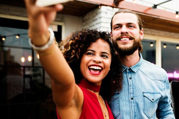 Couple prenant selfie dans une fête