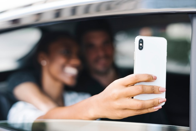 Couple prenant selfie dans une voiture