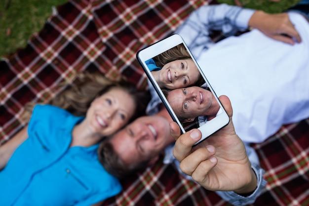 Couple prenant un selfie depuis un téléphone mobile