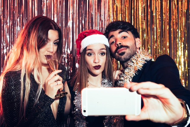 Couple prenant selfie sur la fête du nouvel an