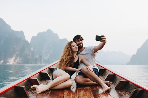 Couple prenant selfie sur un longtail boat