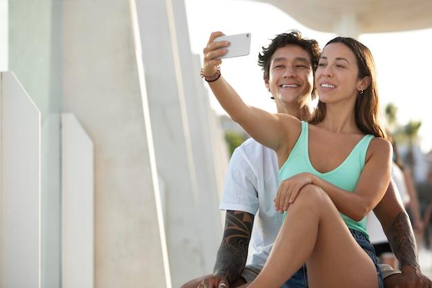 Couple prenant un selfie lors d'un voyage en été