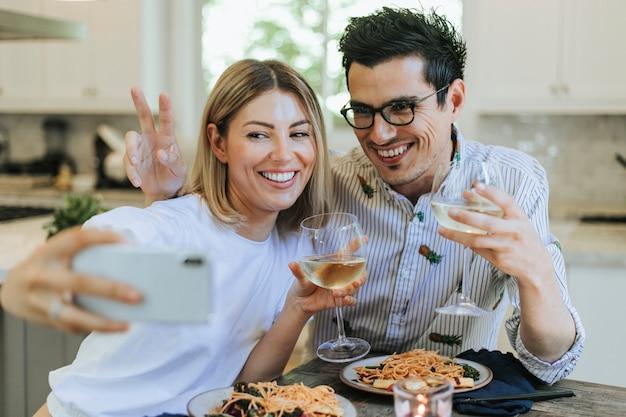 Couple prenant un selfie pendant leur dîner