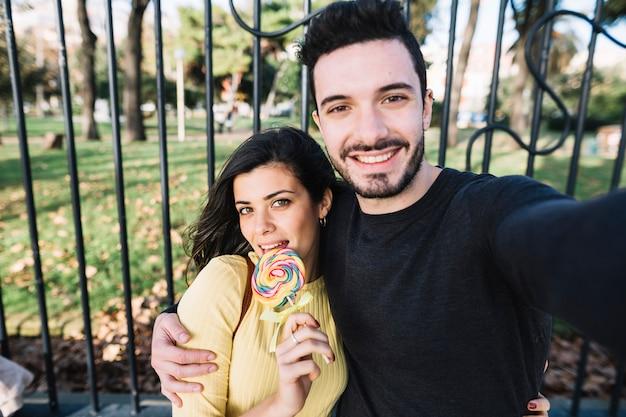 Couple prenant un selfie avec une sucette