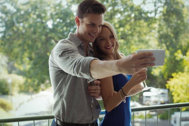 Couple prenant selfie sur téléphone mobile