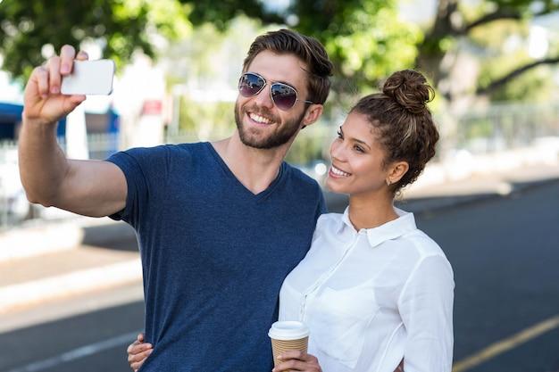 Couple prenant un selfie en ville