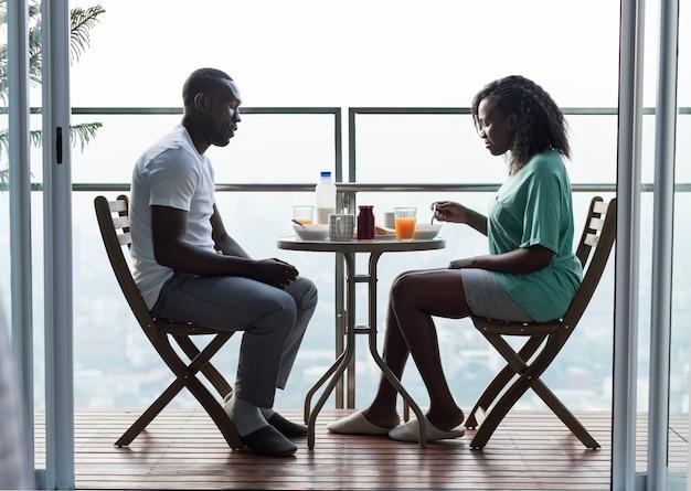 Couple prenant son petit déjeuner ensemble au balcon