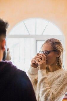 Couple prenant le thé ensemble