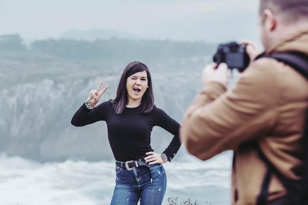 Couple prend des photos sur la falaise