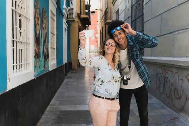 Couple de prendre une selfie dans la ville