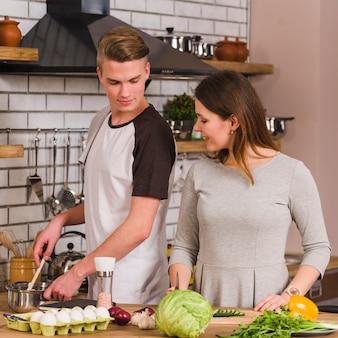 Couple, préparation repas, dans cuisine