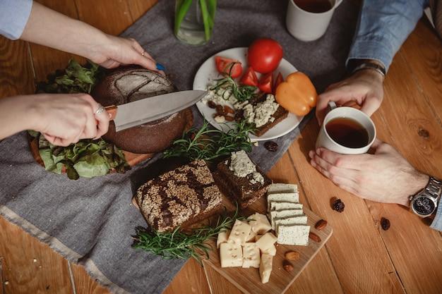 Le couple prépare le petit déjeuner et le thé