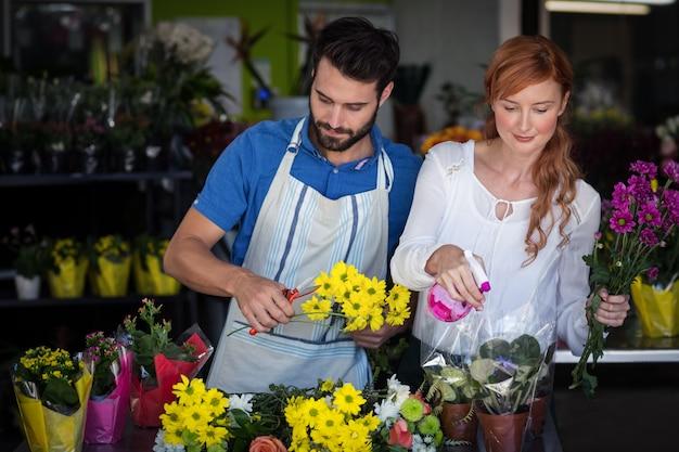 Couple, préparer, fleur, bouquet
