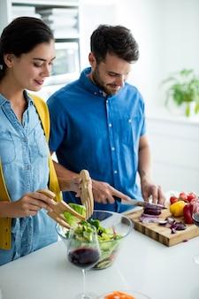 Couple préparer la nourriture ensemble dans la cuisine à la maison