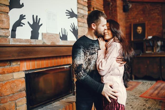 Couple près de la cheminée