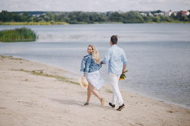Couple près de l'eau