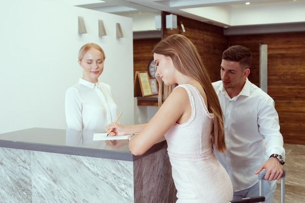 Couple près de la réception de l'hôtel