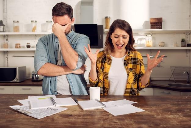 Le couple a un problème avec les factures
